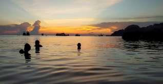 En vrai, il n'y a pas de fond, et il fallait slalomer entre les concombres de mer :-)
