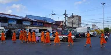 La tradition qui se répète tous les jours, quand les moines (et les novices) viennent chercher leur repas auprès des habitants.