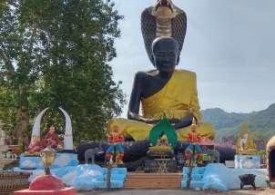 Sur la route, se succèdent des temples bouddhistes
