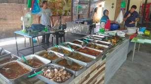 Nous découvrons la cuisine malaisienne, assez différente de la cuisine thaïlandaise et surtout beaucoup plus épicée ! Ca a valu à Diane de se retrouver à manger du riz blanc pendant deux jours, car elle ne pouvait rien manger. Même son riz blanc est arrivé mélangé avec des épices ! Sur la photo, nous mangeons dans l'un des restaurants populaires servis sous forme de buffet. On arrive à se débrouiller pour trouver un ou deux plats adaptés à notre palais de bébé.