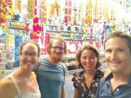 Benita et Alan, couple de cyclistes suisses en route pour Singapour également. Ici dans le quartier indien de Penang (Georgetown)...sans les enfants !