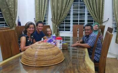 Chez Sezilin et Mariana, malais dont les enfants de 7 et 8 ans parlent déjà bien anglais. La rupture du jeûne était toute proche.