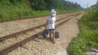 On longe le chemin de fer... vite vite !