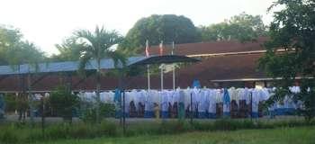 Ici, la prière matinale dans une école musulmane pour filles