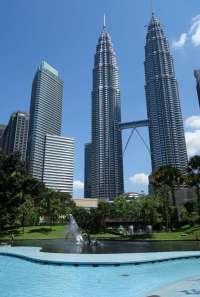 Les tours Petronas et la passerelle montée sur rotules pour rester stable malgré les mouvements parfois contraires des deux tours