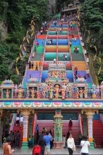 270 marches colorées pour entrer dans les grottes du temple
