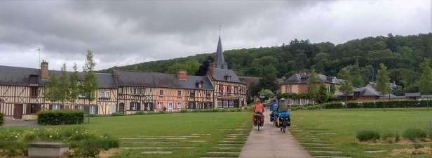 En quittant l'abbaye de Bec Hellouin où les moines nous ont accueillis pour une nuit