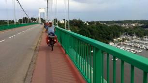 Arrivée sur la jolie petite ville de La Roche-Bernard ; traversée de son célèbre pont suspendu