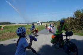 En France, les routes sont assez sûres pour les cyclistes. Cependant, effets de surprise et de rigolade assurés en passant près des arroseurs agricoles !